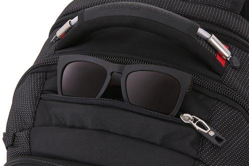 "SWISSGEAR 5358 18.5"" Scansmart Crush resistant glasses compartment"